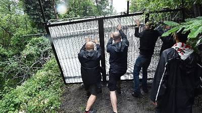 Manifestanti tentano forzare cancello, respinti da lacrimogeni