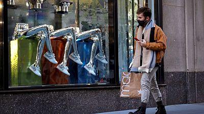 RESUMEN-La confianza del consumidor estadounidense sube a máximos anteriores a la pandemia