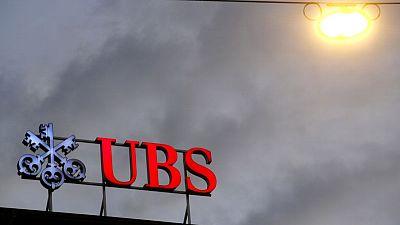 Acciones europeas bajan por impacto en UBS por tratos con Archegos; acciones de viaje suben