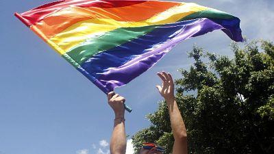 Con bandiera arcobaleno stava andando al flashmob dell'Arcigay