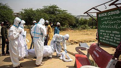 Indios corren a vacunarse mientras número de muertes por COVID-19 supera los 200.000