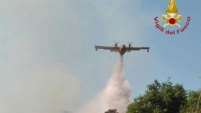Anche due elicotteri per domare fiamme nelle campagne Sassarese