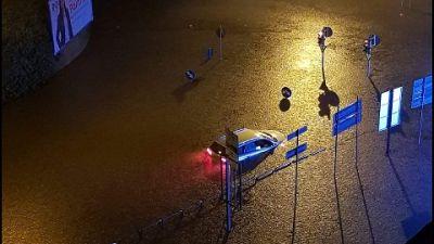 Box e strade allagate, automobilisti bloccati in auto