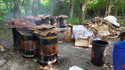 Odore nauseabondo, cucinavano con griglie su fusti a Pordenone