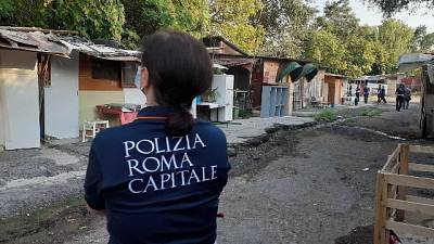 Vigili al lavoro nell'insediamento vicino il Foro Italico