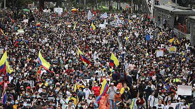 Miles de personas protestan en Colombia contra reforma tributaria pese al rebrote de COVID