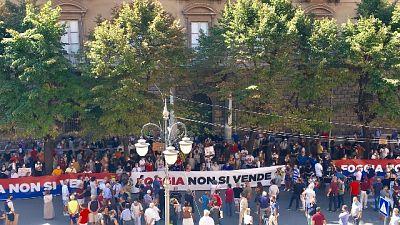Manifestazione con striscioni davanti al Palazzo di Città