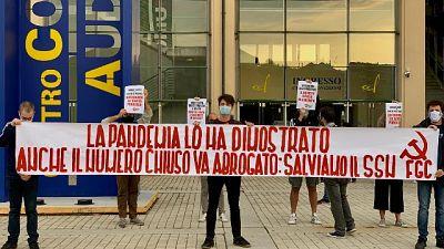 Striscione davanti al Lingotto di Torino, 'va abrogato'