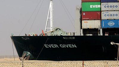 السماح لثلاثة من طاقم سفينة جنحت في قناة السويس بمغادرتها