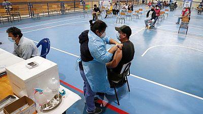 """Chile evalúa """"carnet verde"""" para vacunados contra COVID-19; espera motive a personas más jóvenes"""
