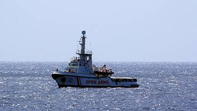 Nave della Ong spagnola di fronte costa palermitana