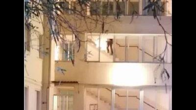 Testimoni hanno udito urla e visto fuggire uomo con un coltello
