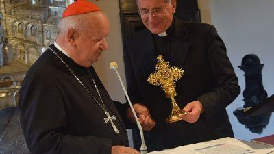 L'arcivescovo, restituite il prezioso oggetto