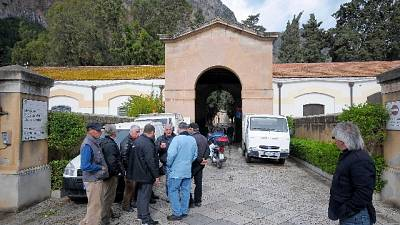 Mazzette per trovare sepolture. 500 bare ancora in attesa