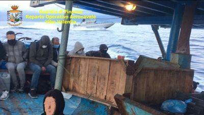 Un centinaio a bordo su natanti intercettati dal Roan Gdf