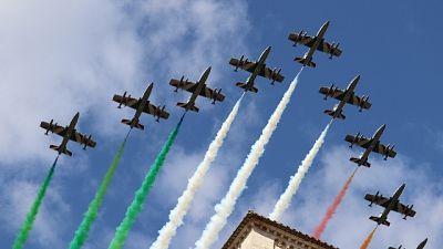 Bandiera tricolore nel cielo per celebrazioni patrono d'Italia