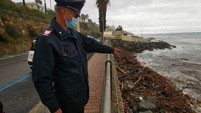 Era tra i detriti della mareggiata sulla scogliera di Sanremo