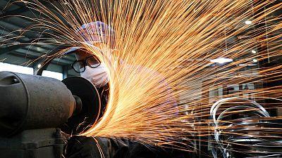 Los atascos en la producción y la menor demanda ralentizan las fábricas chinas en abril