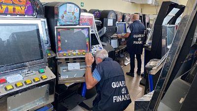 Provvedimento contro affiliati Scu, oltre 1.500 slot machine