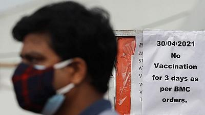 Los centros de vacunación cierran en Bombay mientras India registra otro récord de COVID
