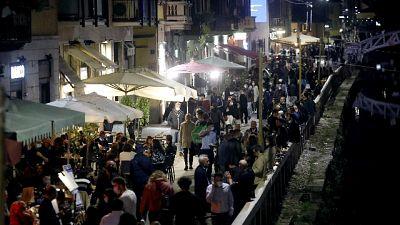 Affollata come ogni sabato sera la zona dei Navigli