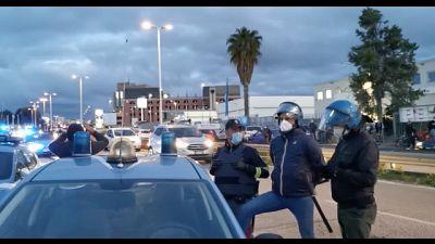 Polizia in tenuta antisommossa per gestire situazione