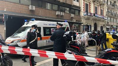 Sul posto, in via Davanzati, una ambulanza del 118 e pattuglie