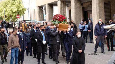 Gente in coda per l'ultimo saluto, nel pomeriggio i funerali