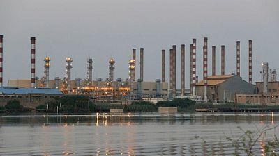 Irán vuelve a impulsar producción petrolera de la OPEP en abril: sondeo Reuters