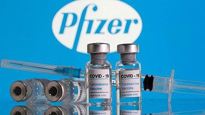 Pfizer y BioNTech buscan extender a adolescentes uso de vacuna para COVID-19 en Europa