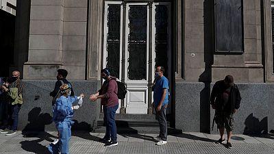 Argentina extiende por tres semanas restricciones para combatir segunda ola de coronavirus