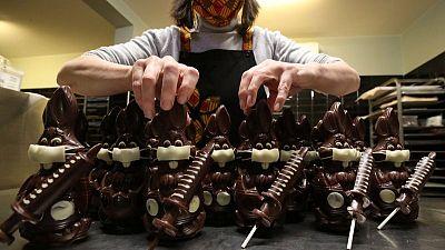بعد أرانب تضع كمامات.. صانعو حلوى بلجيكيون يصنعون محقنا من الشيكولاتة