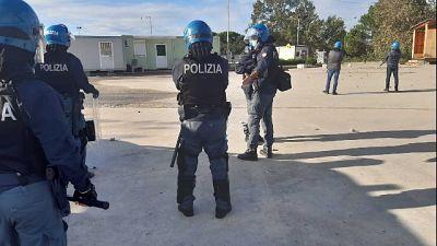 """Protesta migranti """"zona rossa"""", divelti cancelli e inferriate"""