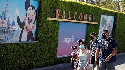 Disneyland reabre sus puertas en California, pero Mickey Mouse no abraza a los visitantes