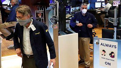 بورصة وول ستريت تغلق منخفضة، متأثرة بأداء ضعيف لأسهم أبل