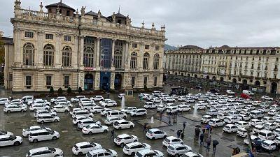 Protesta in piazza castello, 'se tutto chiuso chi ci prenderà?'