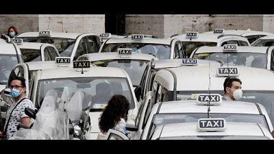 Un centinaio con le loro vetture per chiedere aiuto a Conte