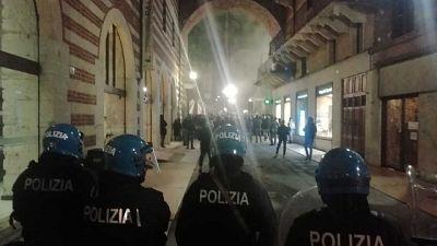 Petardi contro agenti durante corteo contro Governo