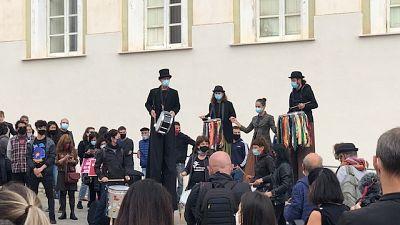 Performance di protesta con tamburi e trampolieri