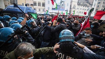 Manifestanti si spostano da piazza, tensione con forze ordine