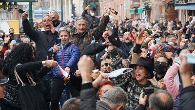 In 400 protestano a Rialto contro nuove chiusure anti-Covid