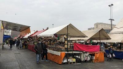 Al mercato sembra giorno qualunque, assembramenti in via Milano