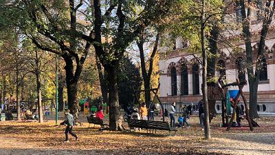 Gente a passeggio con famiglia e amici
