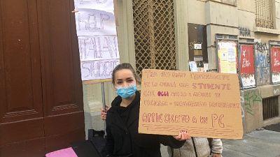 Protesta di alcune studentesse in centro a Torino