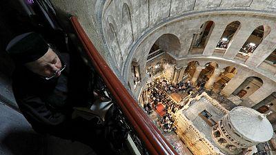 حشود تحضر احتفال انبثاق النور المقدس في كنيسة القيامة بالقدس
