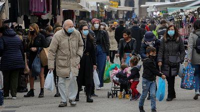 Molta gente in centro nonostante stretta, mercati ordinati