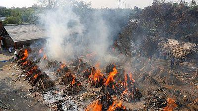 Casos diarios de COVID-19 en India superan los 400.000 mientras empeora la segunda ola