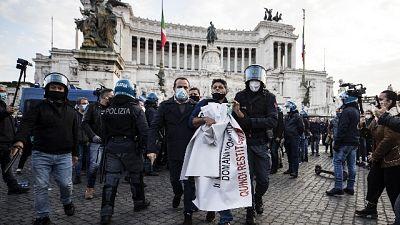 A piazza Venezia. Polizia allontana manifestanti
