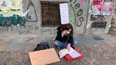 Studentessa in dad davanti a scuola nonostante divieto