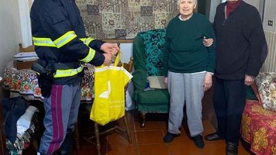 Li assiste e porta loro la spesa, anziani ringraziano questore